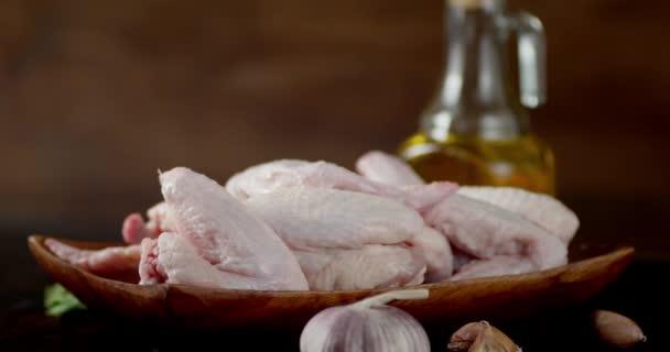 Frische rohe Chicken Wings auf dem Teller rotieren.