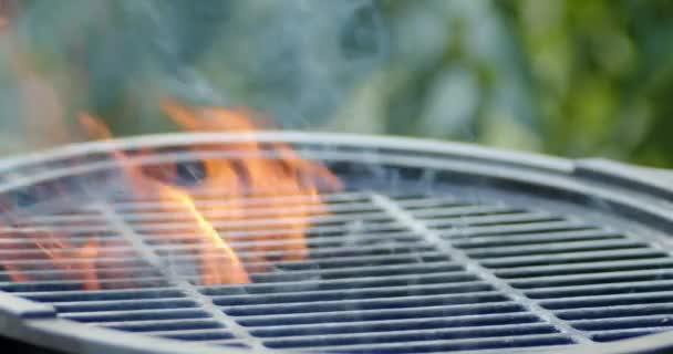 Grill lángnyelvekkel és füsttel.