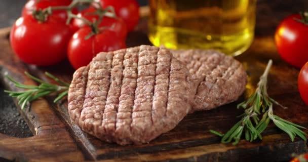 Smažené maso na řezací desce se otáčí.