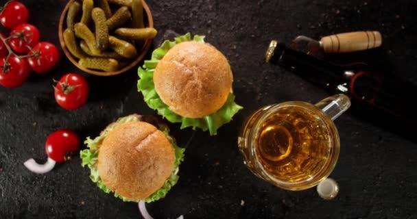 Burgery s pivem a nakládanými okurkami se střídají.