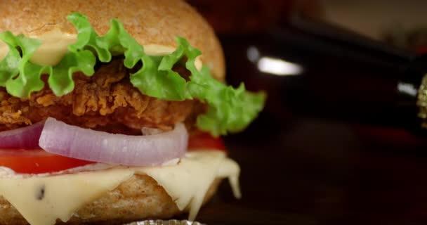 A csirkefalatburger lassan forog..