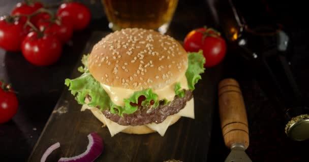 Burger s rajčaty a bylinkami se pomalu otáčí.