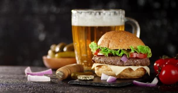 Voňavý burger s pivem na kamenné desce.