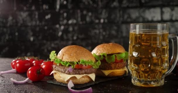 Ein leckerer Burger und ein Glas Bier auf dem Tisch rotieren.