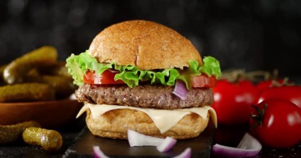 A hamburger a kőtáblán lassan forog..