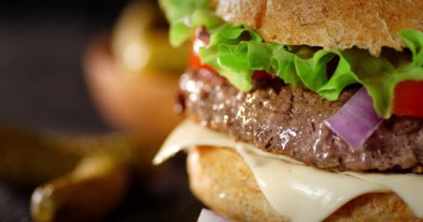 Egy finom hamburger marhahússal az asztalon forog..