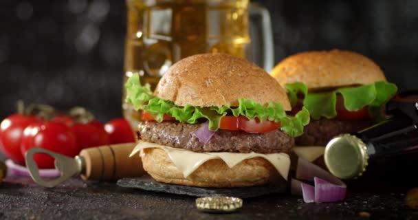 Předkrmy hamburgery na kamenné desce otáčet.