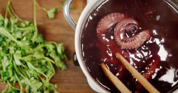 Der Tintenfisch wird in einem Topf gekocht.