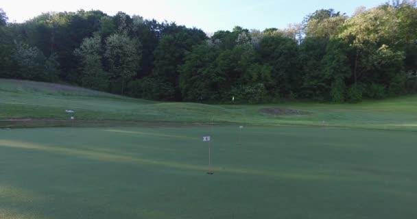 Kamera dolů po kurzu Golf putt, brzy ráno.