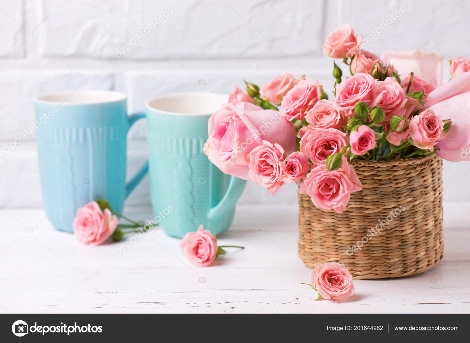 Fiori Bianchi Simili A Rose.Tazze Colorate Blu Contro Muro Mattoni Bianchi Rose Rosa Fiori