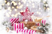 Fotografie Festliche Winterferien Komposition mit Tannenbaumzweigen und Weihnachtsdekorationen