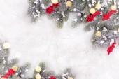Fényképek ünnepi téli ünnepek zeneszerzést fenyő fa ágai és karácsonyi díszek