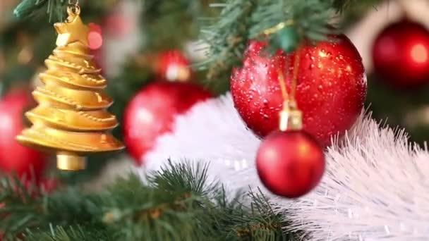Krásné Vánoční pozadí. Vánoce a nový rok větve jedle s předsazením červené ozdoby a zlatá hračka. Přesouvání objektů