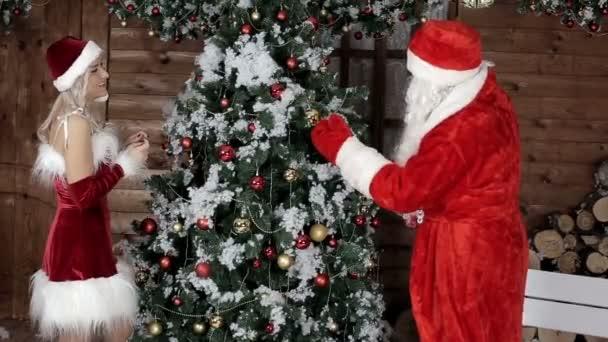 Santa Claus s jeho neteří, já připravit stromu pro zimní dovolenou. Vánoční atmosféru. Vánoce a šťastný nový rok