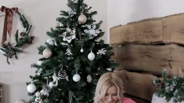 junges Paar, das auf dem Stuhl sitzt und auf dem Tablet im Internet surft. Ich kaufe gerade Weihnachten ein. Weihnachtsstimmung und ein gutes neues Jahr