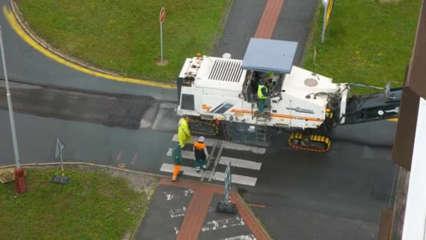 Inženýři připravili studený frézovací hoblík pro odstranění asfaltové dlažby, červenec 2020, Praha, Česká republika
