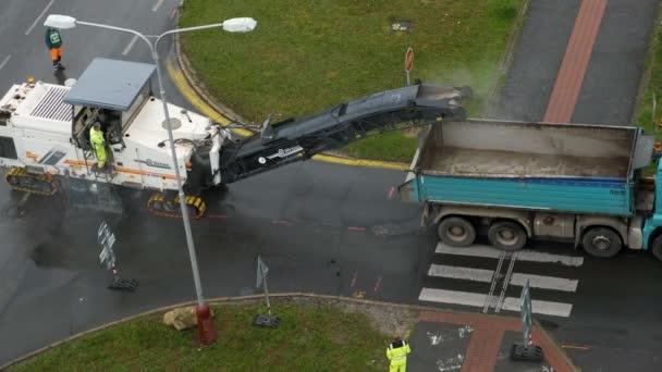 Studená frézka odstraňující asfalt a betonové chodníky ze silnice na ulici. Oprava silničního konceptu, červenec 2020, Praha, Česká republika
