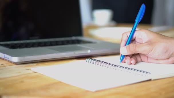 Kezében egy üzletember, aláírt egy szerződést egy darab a papírmunka az office Feladatlista ülő-on iskolapad, üzleti koncepció.