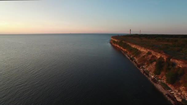 Drone-Ansicht von der hohen Klippe auf der pakri-Halbinsel an der Ostsee in Estland. der Glanz der Sonne im Leuchtturmreflektor.