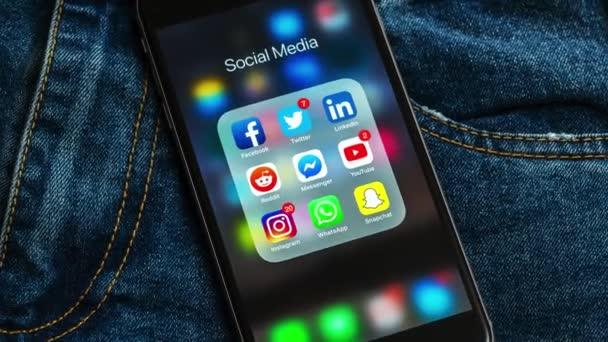 new york / usa - 23.02.2019: schwarzes Apple-iPhone mit Icons der sozialen Medien und verschiedenen Counterlabels: instagram, youtube, reddit, facebook, twitter, snapchat, whatsapp-Anwendungen auf dem Bildschirm.