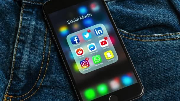New York/USA-02/23/2019: fekete Alma iPhone ikonok a szociális média és a különböző számlálók Címkék: Instagram, YouTube, vöröses, Facebook, Twitter, snapchat, WhatsApp alkalmazások a képernyőn.