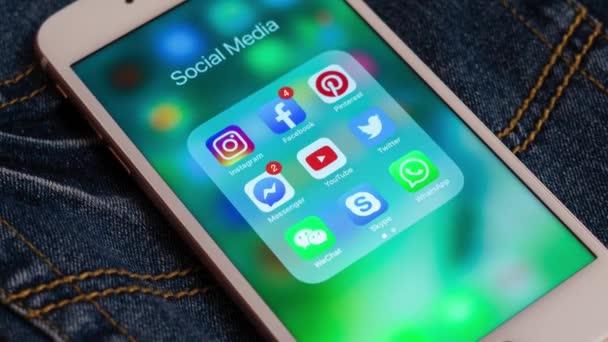 tallinn / estland - 19. Mai 2019: weißes Apple-iPhone mit Ikonen der sozialen Medien: instagram, youtube, facebook, twitter, skype, whatsapp-Anwendungen auf dem Bildschirm. Symbole der sozialen Medien.