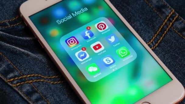 Tallinn/Észtország-május 19, 2019: White Apple iPhone ikonok a szociális média: Instagram, YouTube, Facebook, Twitter, Skype, WhatsApp alkalmazások képernyőn. Közösségi média-ikonok.