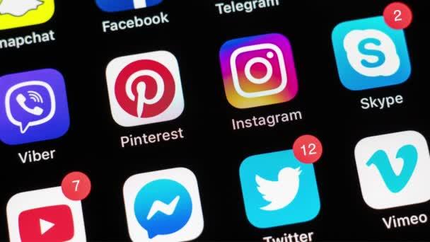 Palo Alto/USA-22. březen 2019: Apple iPhone X s ikonami a různými čítači společenských mediálních Facebook, Instagram, Twitter, Snapchatu, telegram a další aplikace na černé obrazovce.