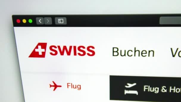 Washington, USA-duben 03, 2019: Švýcarská Domovská stránka leteckého dopravce. Přes zvětšovací sklo je vidět švýcarské logo. ? být použit jako ilustrace pro sdělovací prostředky, články nebo jiné weby.