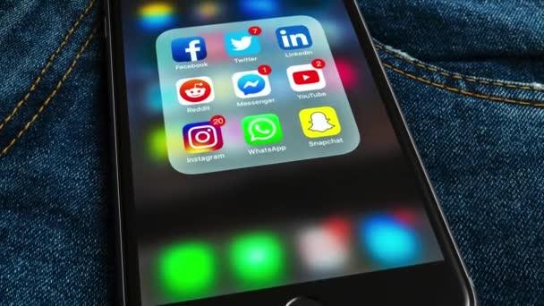 New York/USA-02/23/2019: Black Apple iPhone s ikonami sociálních médií a různých štítků: Instagram, YouTube, Reddit, Facebook, Twitter, Snapchat, WhatsApp aplikace na obrazovce.