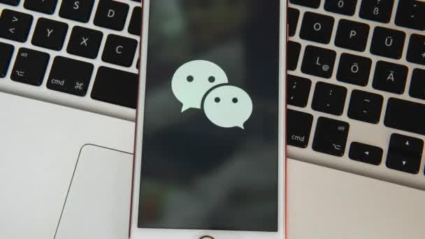 palo alto / usa - 8. August 2019: weißes iPhone mit Logo der sozialen Medien auf dem Bildschirm. Ikone der sozialen Medien. Laptop-Tastatur Hintergrund. kann als Illustration für Marketing oder Geschäft verwendet werden