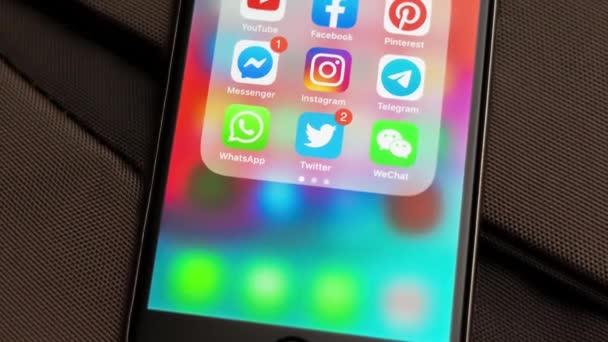 Tallinn/Estonsko-18. září 2019: Black Apple iPhone s ikonami sociálních médií: Instagram, YouTube, Pinterest, Facebook, Twitter, telegraficky aplikace na obrazovce. Ikony sociálních médií.