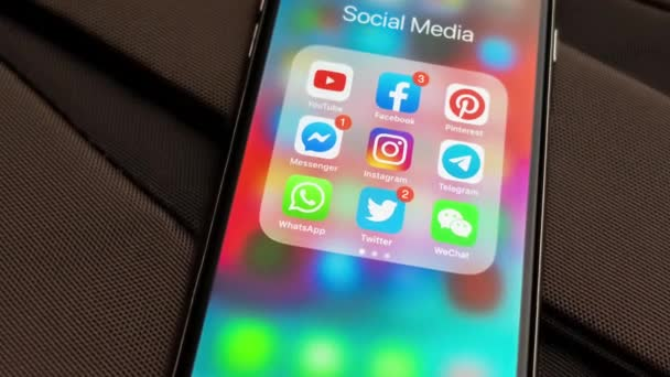 tallinn / estland - 18. september 2019: schwarzes Apple-iphone mit symbolen der sozialen medien: instagram, youtube, pinterest, facebook, twitter, telegramm-anwendung auf dem bildschirm. Symbole der sozialen Medien.