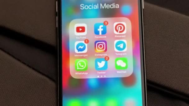 Tallinn/Észtország-szeptember 18, 2019: fekete Alma iPhone ikonok a szociális média: Instagram, YouTube, pérdeklődés, Facebook, Twitter, távirat alkalmazás a képernyőn. Közösségi média-ikonok.
