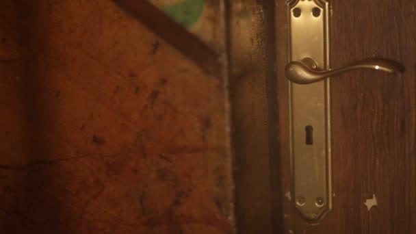 ein geheimnisvolles Licht durch Schlüsselloch von unten nach oben