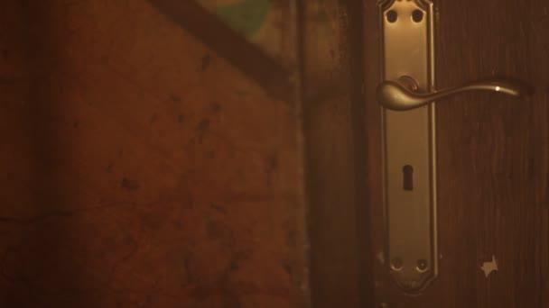 ein geheimnisvolles Licht durch Schlüsselloch von oben nach unten
