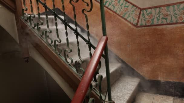 Kísérteties füst a lépcsőn. Egy titokzatos füst megy le a régi lépcső.