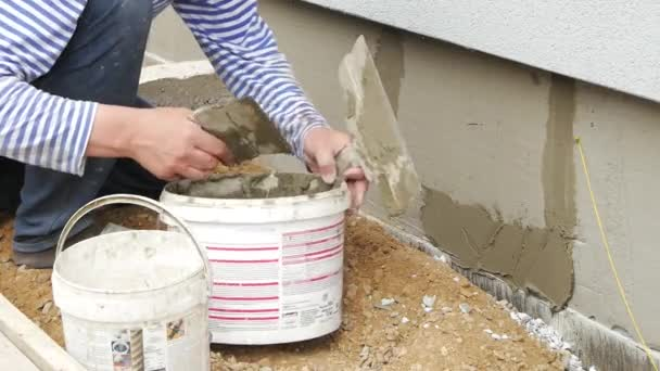 Worker nutzen Kelle Beton an Wand Verputzen