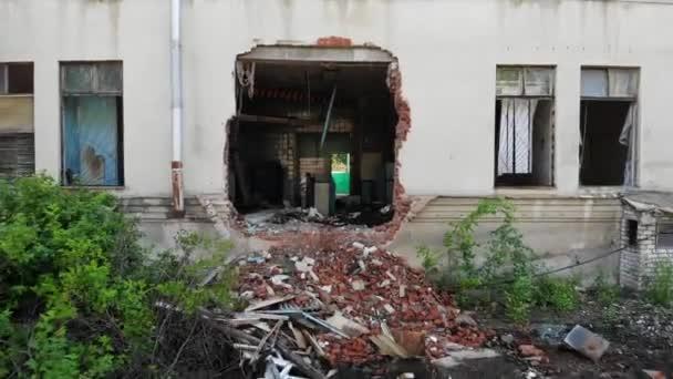 Luftaufnahme aus der Luft zu einer verlassenen Fabrik. altes Industriegebäude zum Abriss freigegeben. Verlassenes Gebäude außen.