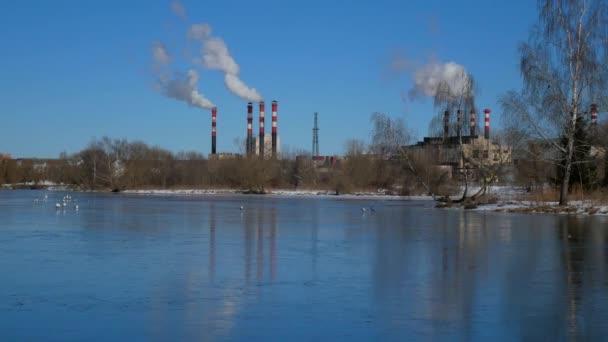 Luftverschmutzung durch Industrieanlagen. Rauchen industrieller Pfeifen. Rot mit weißer Pfeife.
