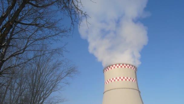 Pfeifen industrielles Rauchen, Luftverschmutzung. Industrieraub stapelt sich über blauem Himmel. Energieerzeugung und Luftverschmutzung industrielle Szene, Wärmekraftwerk 4k uhd Videomaterial.