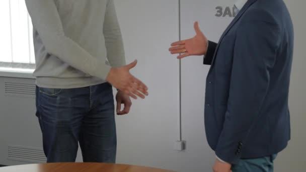 dvě pozitivní podnikatelé potřesení rukou označující uzavřeného obchodu