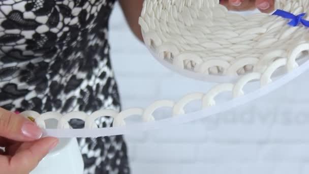 Modeschöpfer macht ein Hochzeitskleid. Frauenhände schließen. Modedesignerin / Schneiderin / Schneiderin.