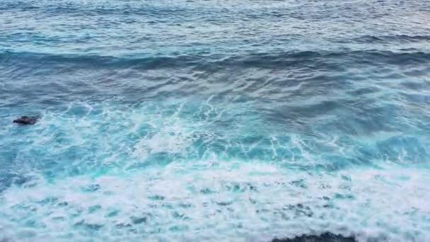 Pobřeží jako pozadí z vrcholových pohledu. Z pohledu shora se voda nachází v tyrkysové vodě. Letní mořskou krajinu. Ostrov Nusa Penida, Indonésie. Cestování-video