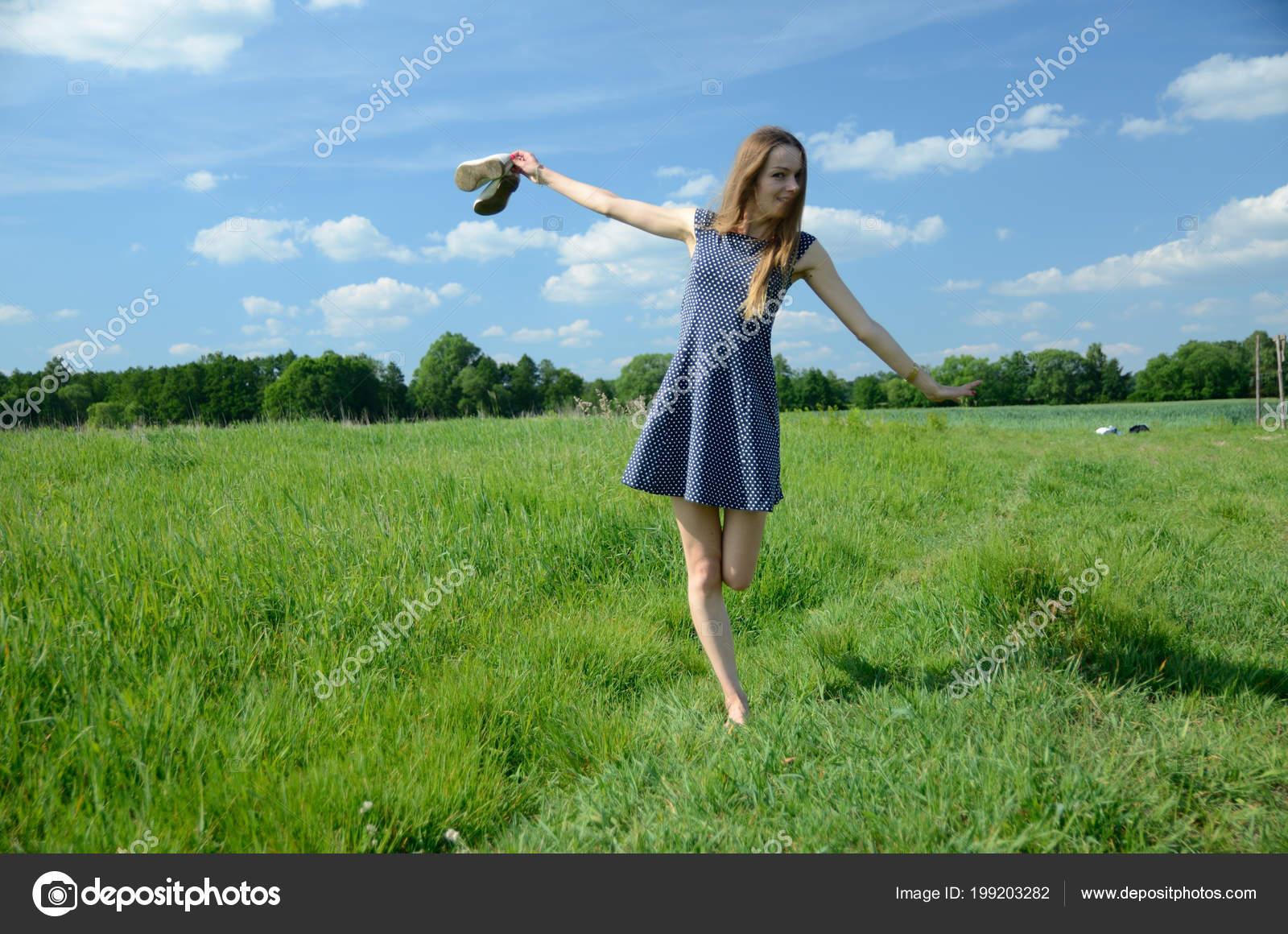 Zierliche Frau Fuß Auf Der Wiese Nackte Füße Und Schuhe