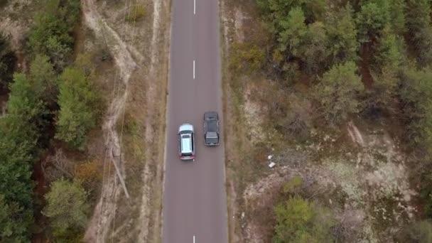 Letecké Střílečky auto na polní cestě. Letecký pohled na vintage černé bmw na venkovské silnici