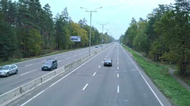 Letecké fotografování z vozu, což je na dálnici. Letecký pohled na retro černé bmw, kteráje na dálnici