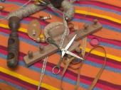 Handarbeitswerkzeuge auf einer Decke,