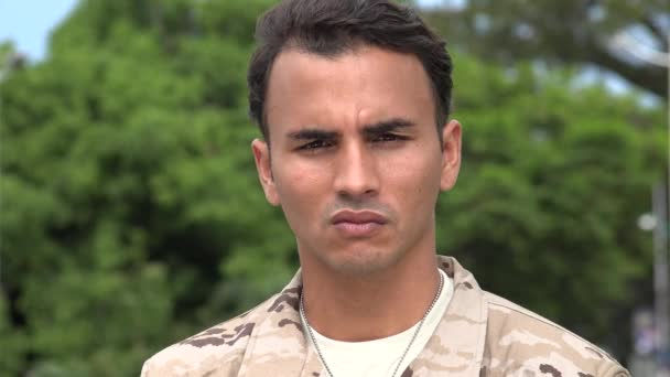 Ernsthafte hispanische männlichen Soldaten