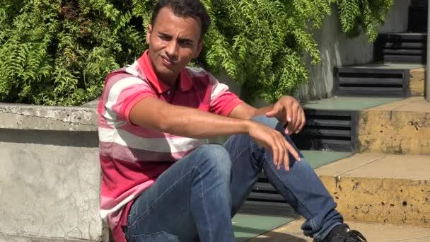 Vážné hispánský muž sedící